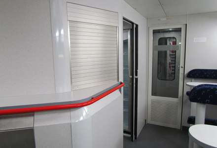 Buffet compartment in double-deck electric traction unit